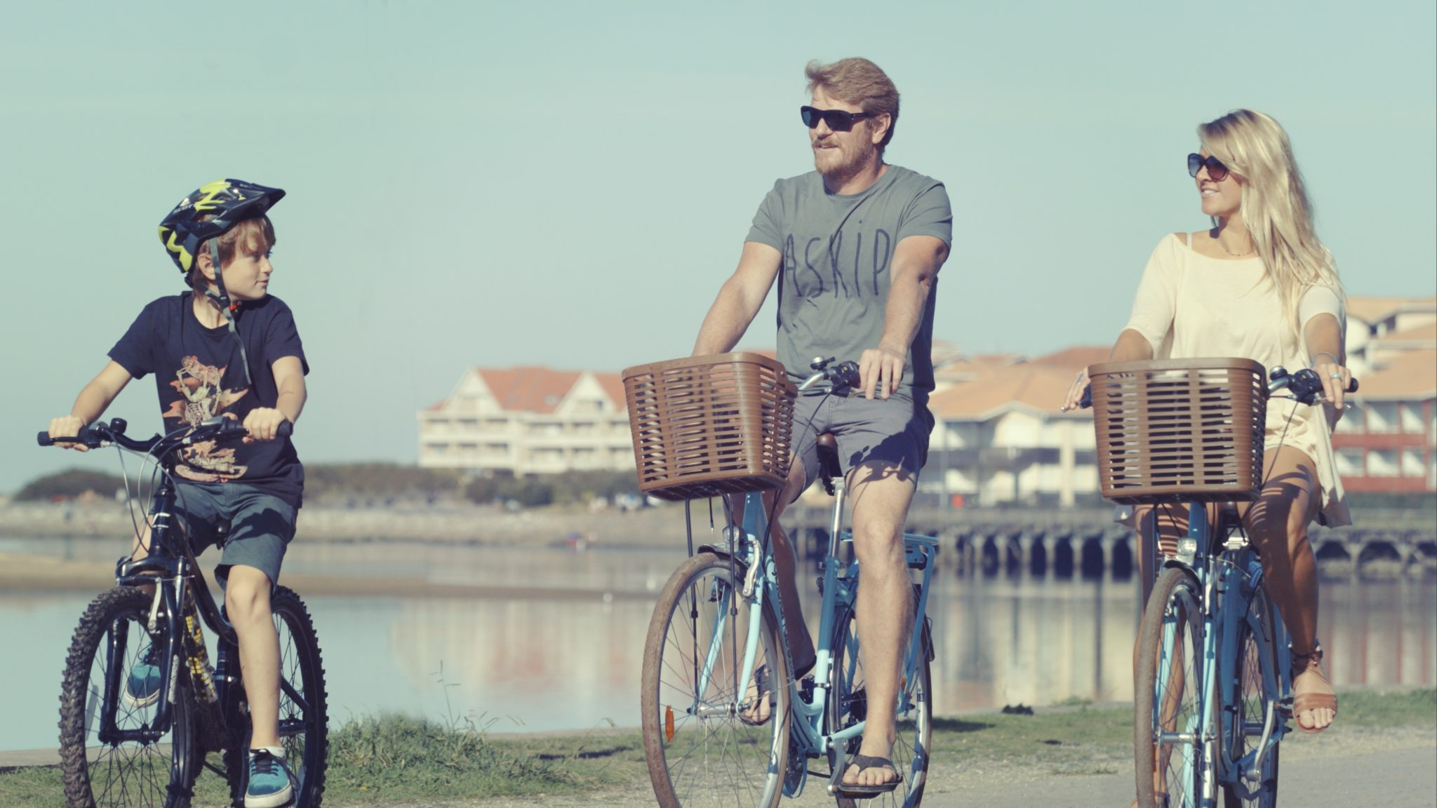 Balade en famille autour du lac à Port d'Albret en vélo